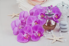 Zusammensetzung der Badekur mit Parfüm oder aromatischer Ölflasche lizenzfreies stockfoto