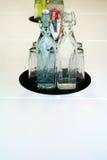 Zusammensetzung der Flasche und der Gläser Lizenzfreie Stockbilder