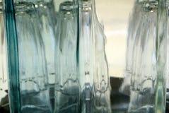 Zusammensetzung der Flasche und der Gläser Stockfotos