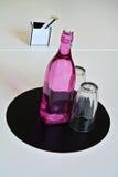 Zusammensetzung der Flasche und der Gläser Lizenzfreies Stockbild