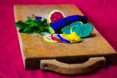Zusammensetzung der geschnittenen Gurke, des Apfels, der Zitrone und der Petersilie mit Farbe Stockfotos