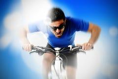 Zusammensetzung der jungen aggressiven Sportmann-Reitmountainbike in der Frontansicht lizenzfreies stockbild