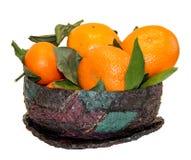 Zusammensetzung der Leuchtorangemandarinenfrucht und der verblaßten Blätter herein lizenzfreie stockfotos