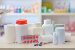 Zusammensetzung der Medizinflaschen und -pillen Stockfoto
