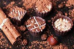 Zusammensetzung der Schokolade auf einem Holztisch Lizenzfreies Stockfoto