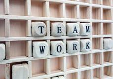 Zusammensetzung der Wortteamarbeit bildete sich mit hölzernen Würfeln in Lizenzfreies Stockbild