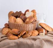 Zusammensetzung des Brotes und der Rollen in einem Weidenkorb Lizenzfreie Stockbilder