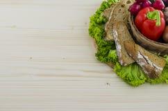 Zusammensetzung des Brotes und des Gemüses auf Holztisch Hintergrund Lizenzfreie Stockfotografie