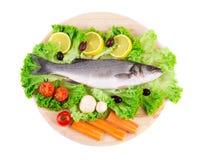 Zusammensetzung des frischen Seebarsches und des Gemüses Stockfotografie