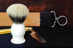 Zusammensetzung des geraden Rasiermessers, der Bürste und des Streichriemens Stockbild