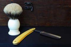 Zusammensetzung des geraden Rasiermessers und der Bürste Lizenzfreie Stockfotos