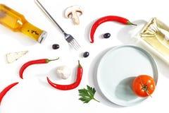 Zusammensetzung des heißen roten Pfeffers, des Öls, der Flasche Weißweins, der Scheiben des Käses und der Pilze auf einem weißen  stockfotografie