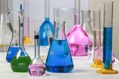 Zusammensetzung des Labormaterials mit farbigen Flüssigkeiten im reali Stockfoto