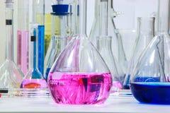 Zusammensetzung des Labormaterials mit farbigen Flüssigkeiten im reali Lizenzfreies Stockfoto