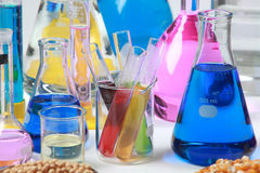 Zusammensetzung des Labormaterials mit farbigen Flüssigkeiten im reali Lizenzfreies Stockbild