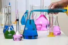Zusammensetzung des Labormaterials mit farbigen Flüssigkeiten im reali Lizenzfreie Stockfotos