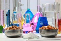 Zusammensetzung des Labormaterials mit farbigen Flüssigkeiten im reali Lizenzfreie Stockbilder