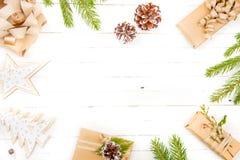 Zusammensetzung des neuen Jahres auf einem Holztisch Abstraktes Hintergrundmuster der weißen Sterne auf dunkelroter Auslegung Fla Stockfoto