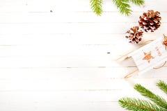 Zusammensetzung des neuen Jahres auf einem Holztisch Abstraktes Hintergrundmuster der weißen Sterne auf dunkelroter Auslegung Fla Stockfotografie