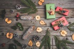 Zusammensetzung des neuen Jahres auf einem Holztisch Abstraktes Hintergrundmuster der weißen Sterne auf dunkelroter Auslegung Fla Stockbild