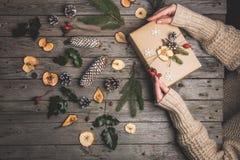 Zusammensetzung des neuen Jahres auf einem Holztisch Abstraktes Hintergrundmuster der weißen Sterne auf dunkelroter Auslegung Fla Stockfotos