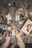 Zusammensetzung des neuen Jahres auf einem Holztisch Abstraktes Hintergrundmuster der weißen Sterne auf dunkelroter Auslegung Fla Lizenzfreie Stockbilder