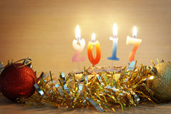 Zusammensetzung 2017 des neuen Jahres Kuchen und brennende Kerzen Lizenzfreies Stockfoto