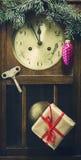 Zusammensetzung des neuen Jahres mit alter Wanduhr und Dekorationen Stockbild