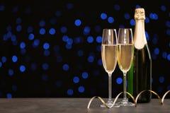 Zusammensetzung des neuen Jahres mit Champagner und Raum stockbilder