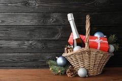 Zusammensetzung des neuen Jahres mit Champagner und Raum für Text lizenzfreies stockbild