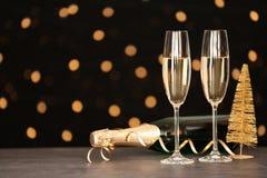 Zusammensetzung des neuen Jahres mit Champagner und Raum für Text lizenzfreie stockfotos
