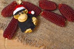 Zusammensetzung des neuen Jahres mit dem Affen und dem Mais Stockfotos