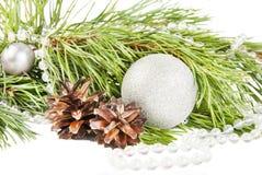 Zusammensetzung des neuen Jahres mit Tannenbaum, Kegeln und silbernem Ball stockfotos