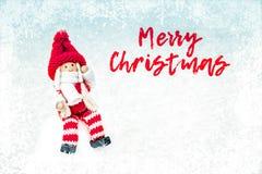 Zusammensetzung des neuen Jahres mit Weihnachtsflitter, Schnee und Schneeflocken - Weihnachtsdekorationen lizenzfreie stockfotografie