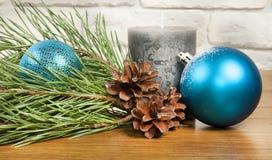 Zusammensetzung des neuen Jahres und des Weihnachten mit Tannenzapfen und Kerze an lizenzfreie stockfotografie
