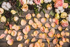 Zusammensetzung des neuen Jahres von Trockenfrüchten auf einem Holztisch Abstraktes Hintergrundmuster der weißen Sterne auf dunke Lizenzfreie Stockfotos