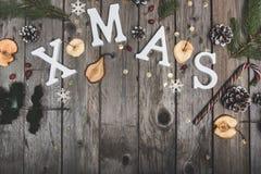Zusammensetzung des neuen Jahres von Trockenfrüchten auf einem Holztisch Abstraktes Hintergrundmuster der weißen Sterne auf dunke Lizenzfreie Stockbilder