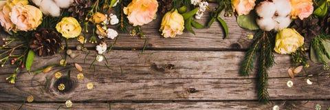 Zusammensetzung des neuen Jahres von Trockenfrüchten auf einem Holztisch Abstraktes Hintergrundmuster der weißen Sterne auf dunke Stockfoto