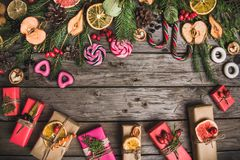 Zusammensetzung des neuen Jahres von Trockenfrüchten auf einem Holztisch Abstraktes Hintergrundmuster der weißen Sterne auf dunke Lizenzfreies Stockfoto