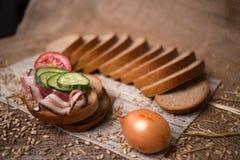 Zusammensetzung des Sandwiches mit Speck und Gurke Lizenzfreie Stockfotos