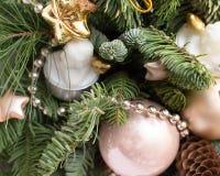 Zusammensetzung des Weihnachtsbaums durch die Gläser im Restaurant, Draufsicht, Goldspielwaren lizenzfreie stockbilder
