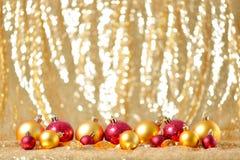 Zusammensetzung des Weihnachtsneuen Jahres mit Goldroten Bällen rudern Linie Hintergrundfeiertagsdekorations-Spielzeugkonzept stockfotos
