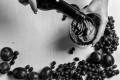 Zusammensetzung des Weins, der Traube und der Pflaumen Stockfoto