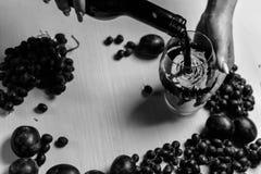 Zusammensetzung des Weins, der Traube und der Pflaumen Stockfotos
