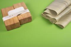 Zusammensetzung des Yoga-, Meditations- oder pilateszubehörs auf grünem Hintergrund mit Kopienraum Stockfotos