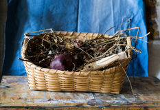 Zusammensetzung eines Korbes füllte mit verwelkten Blumen und einem Granatapfel Lizenzfreie Stockbilder