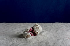 Zusammensetzung eines Spielzeugs und des Sandes Lizenzfreies Stockfoto