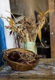 Zusammensetzung eines Vase, des Korbes und der verwelkten Blumen Lizenzfreie Stockfotografie