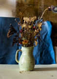 Zusammensetzung eines Vase füllte mit verwelkten Blumen Stockbild