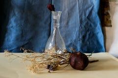 Zusammensetzung eines Vase, stieg, Granatapfel und verwelkte Blumen Stockbilder